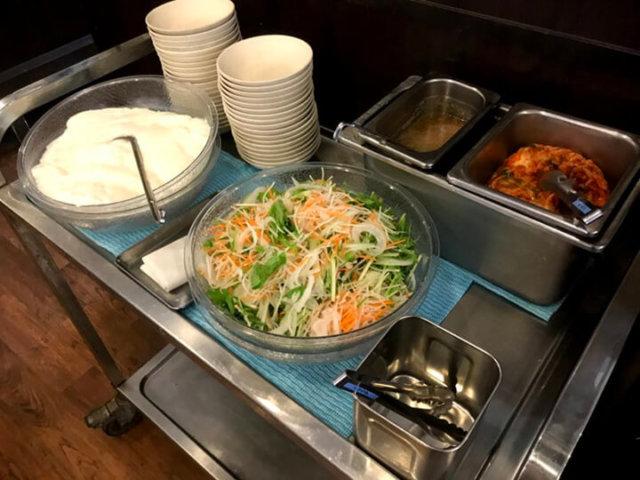 杏仁豆腐とサラダバー、キムチなど