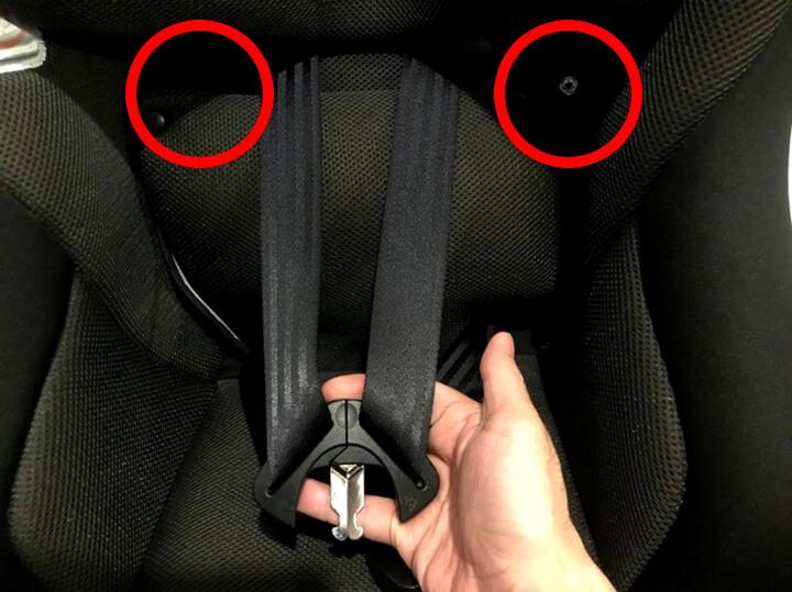 赤丸部分のボタンと取り外したベルトの肩パットをくっつけます
