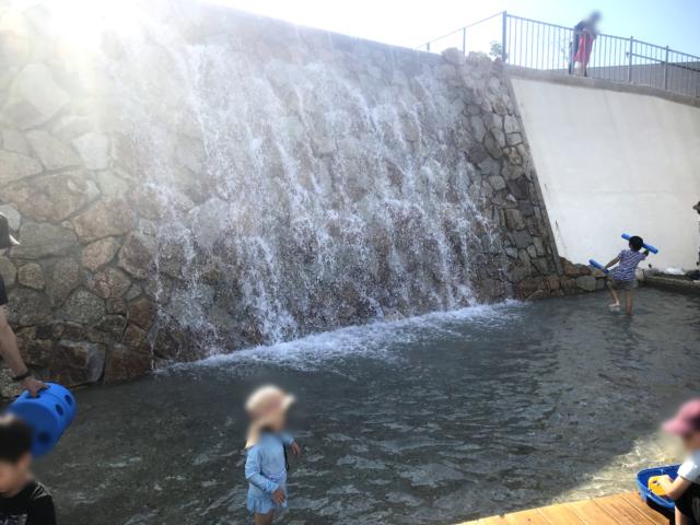 アドベンチャー・レイクの小さいな滝