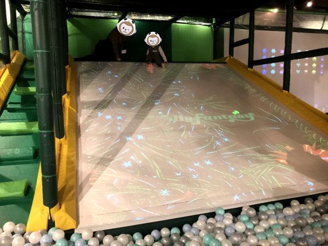 スキッズガーデン リンクス梅田店の滑り台。滑る部分に映像が流れている