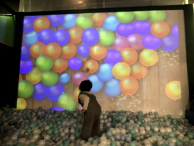 スキッズガーデン リンクス梅田店 ボールを画面に投げて遊べる